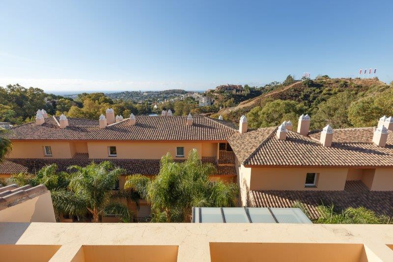 In a luxury complex in Nueva Andalucia Duplex penthouse with 2 bedrooms very spacious and with very , Spain