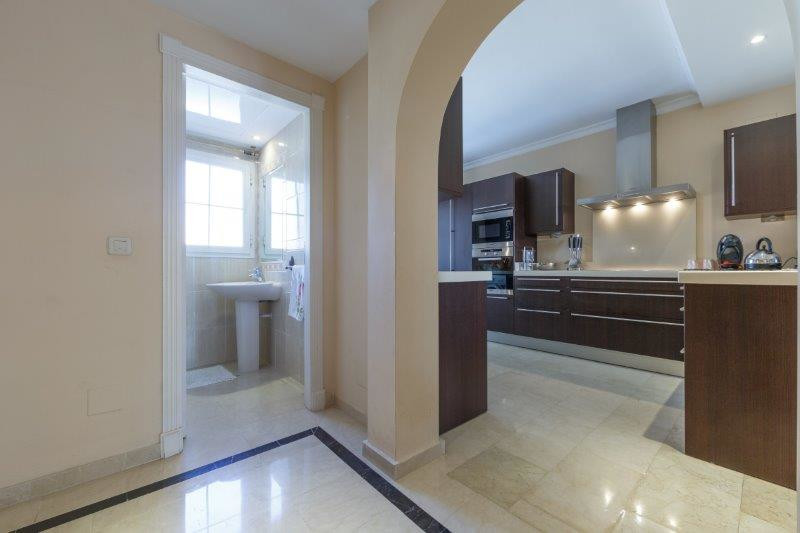 2 Bedroom Middle Floor Apartment For Sale Nueva Andalucía