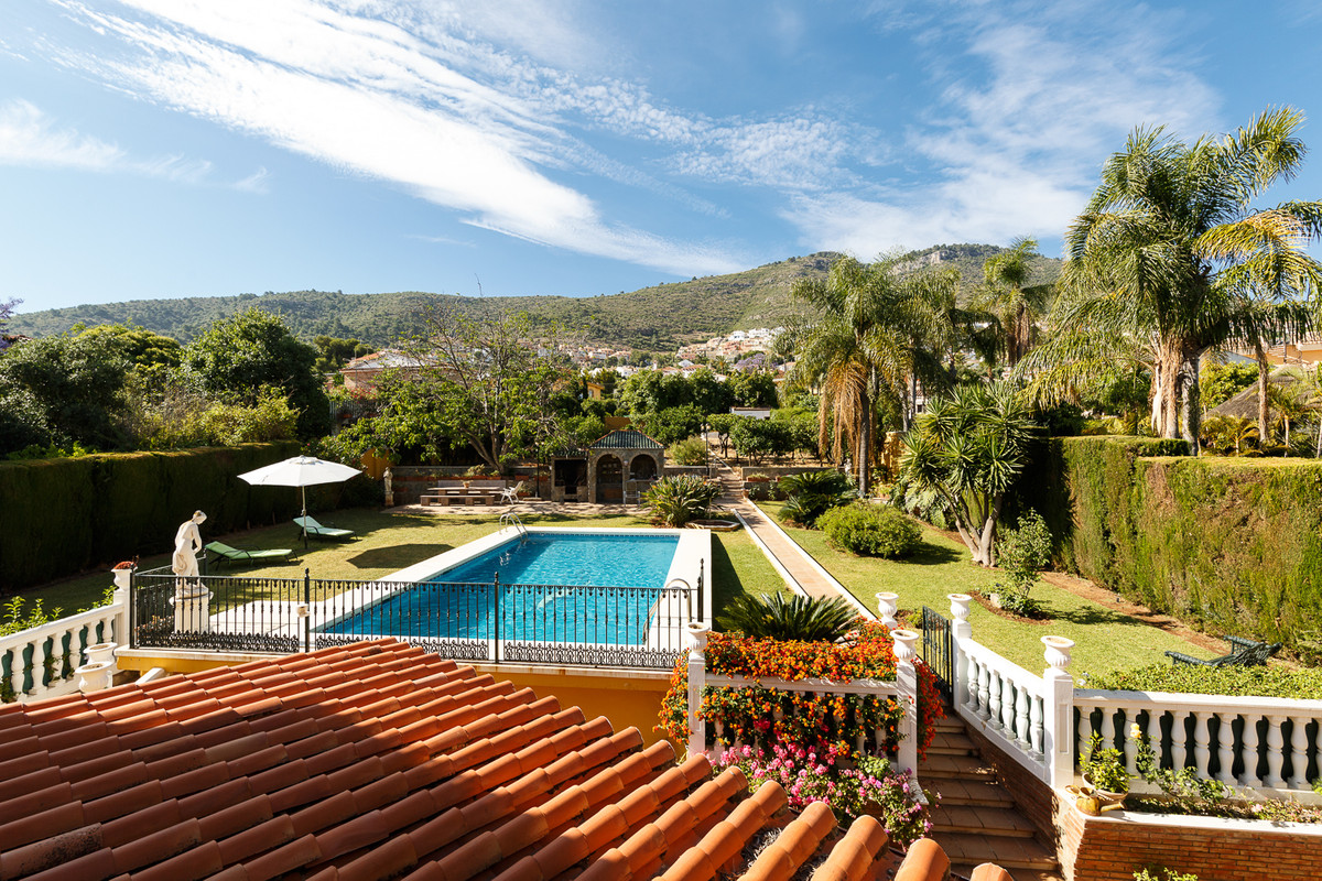 Sumptuous villa of spacious rooms and ample exteriors in quiet suburban enclave, 10 minutes from the,Spain