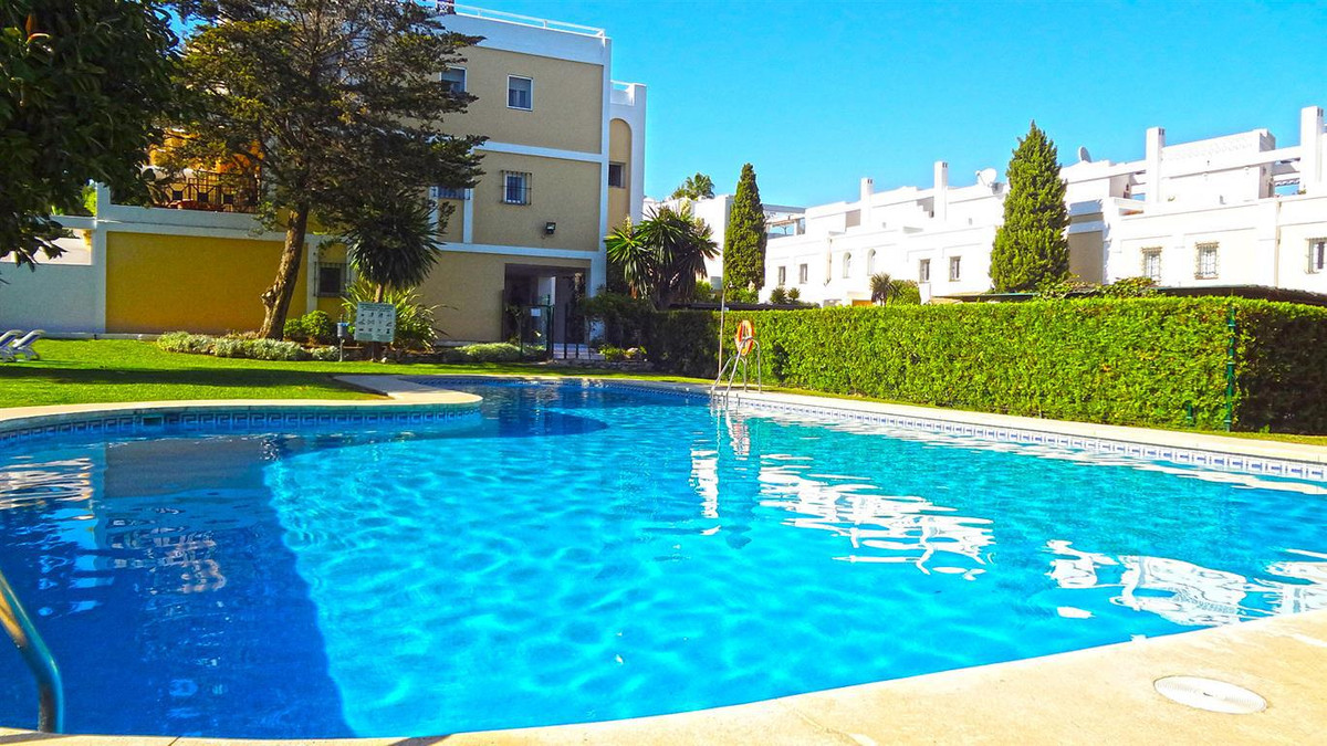 Oportunity. Magnificent townhouse with 4 bedrooms,  located in La Quinta. It is oriented to the east, Spain