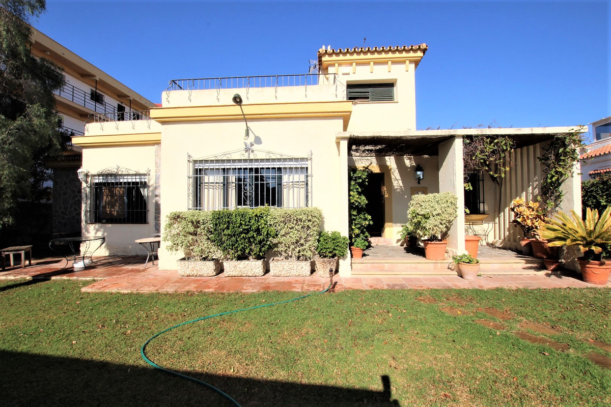 PUERTO MARINA AREA !! Detached villa located just 300 meters from Puerto Marina. 300 m2 + 600 m2 plo, Spain