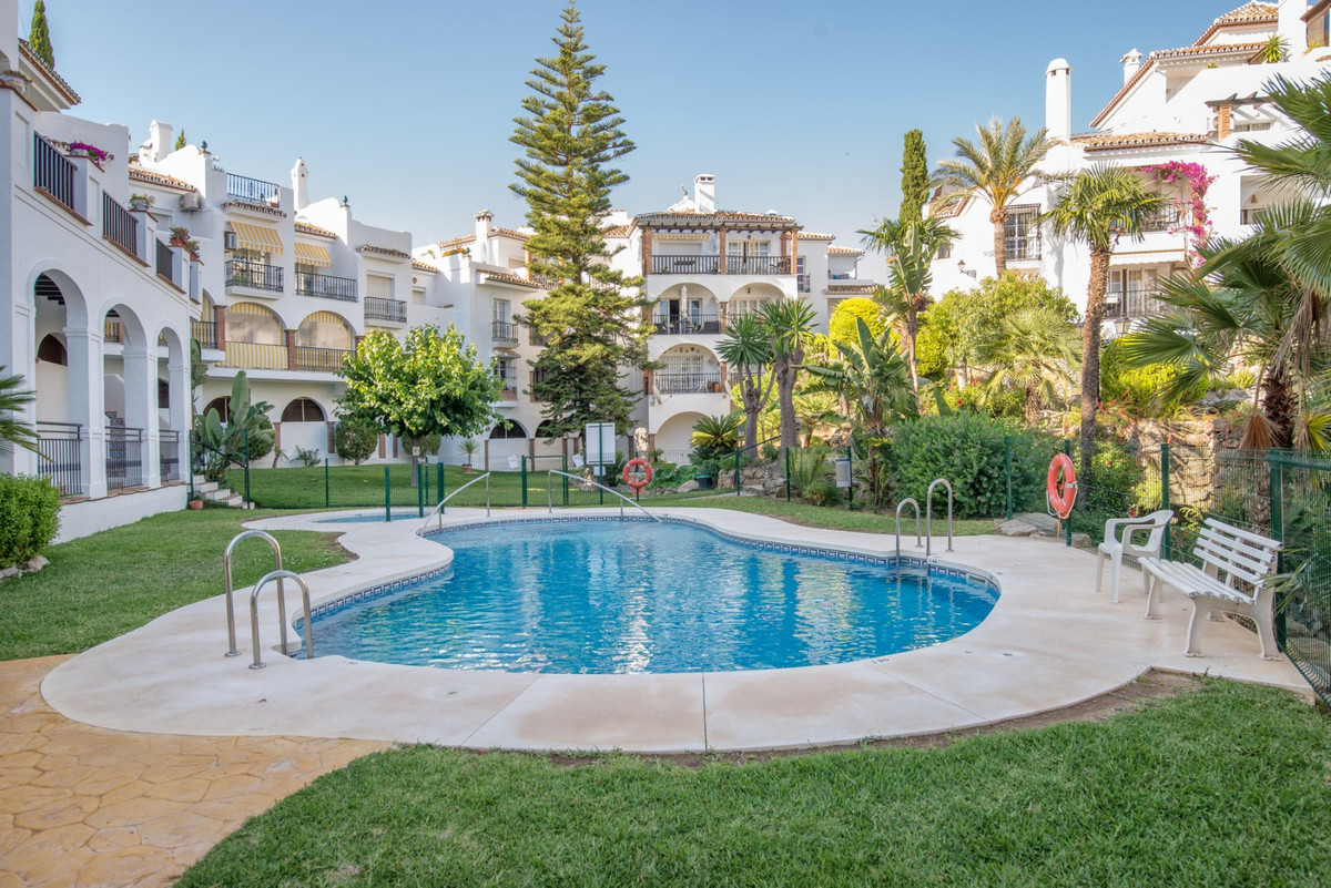 This spacious and bright top floor apartment is located in the Vista Verde complex on the border bet,Spain