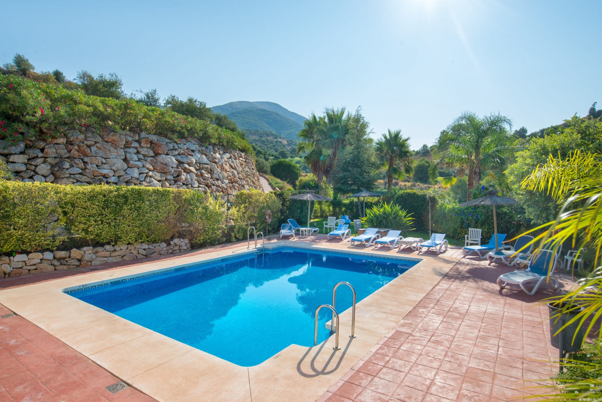 This spacious townhouse is located in the Las Brisas complex in Alhaurin Golf. It consists of 2 flooSpain