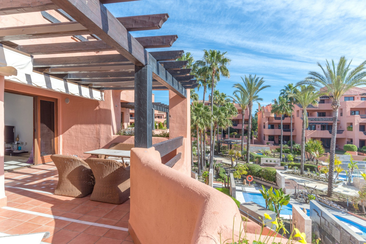 This luxurious 162 m2 apartment is located frontline beach in the exclusive Mar Azul complex in Este,Spain