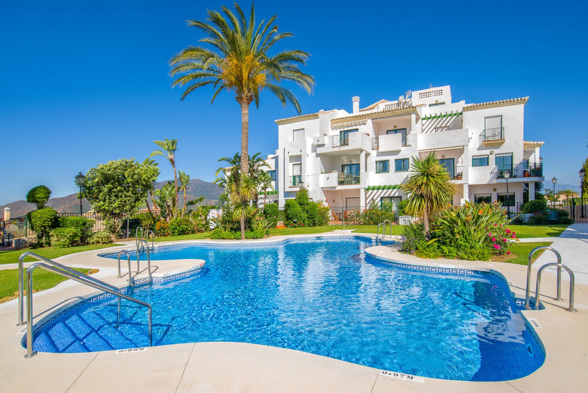 This spacious corner apartment is located on the outskirts of Alhaurin el Grande in the gated Atalay, Spain