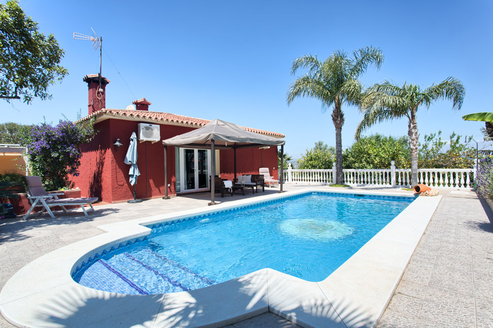 This spacious and well-maintained villa with guest apartment is located in a quiet street in Pinos d,Spain