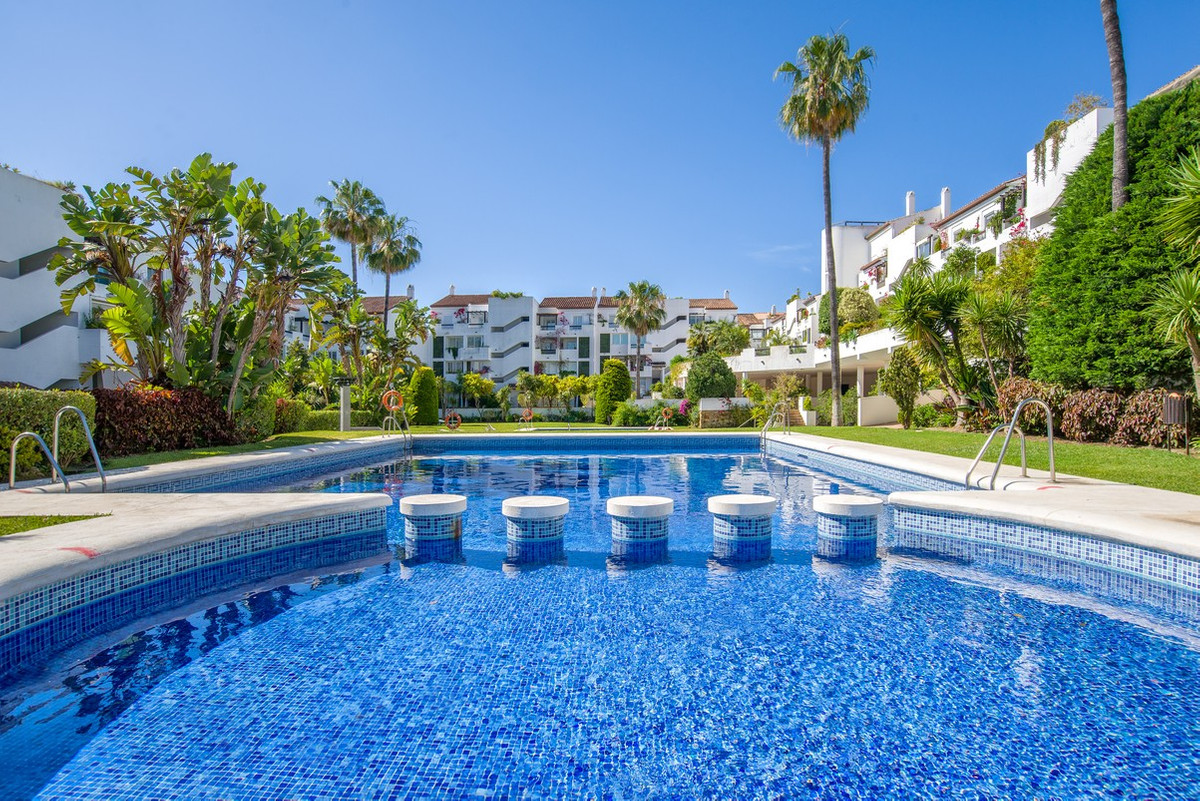 This spacious and bright penthouse is located in the popular Las Jacarandas complex in Bel Air, Este,Spain