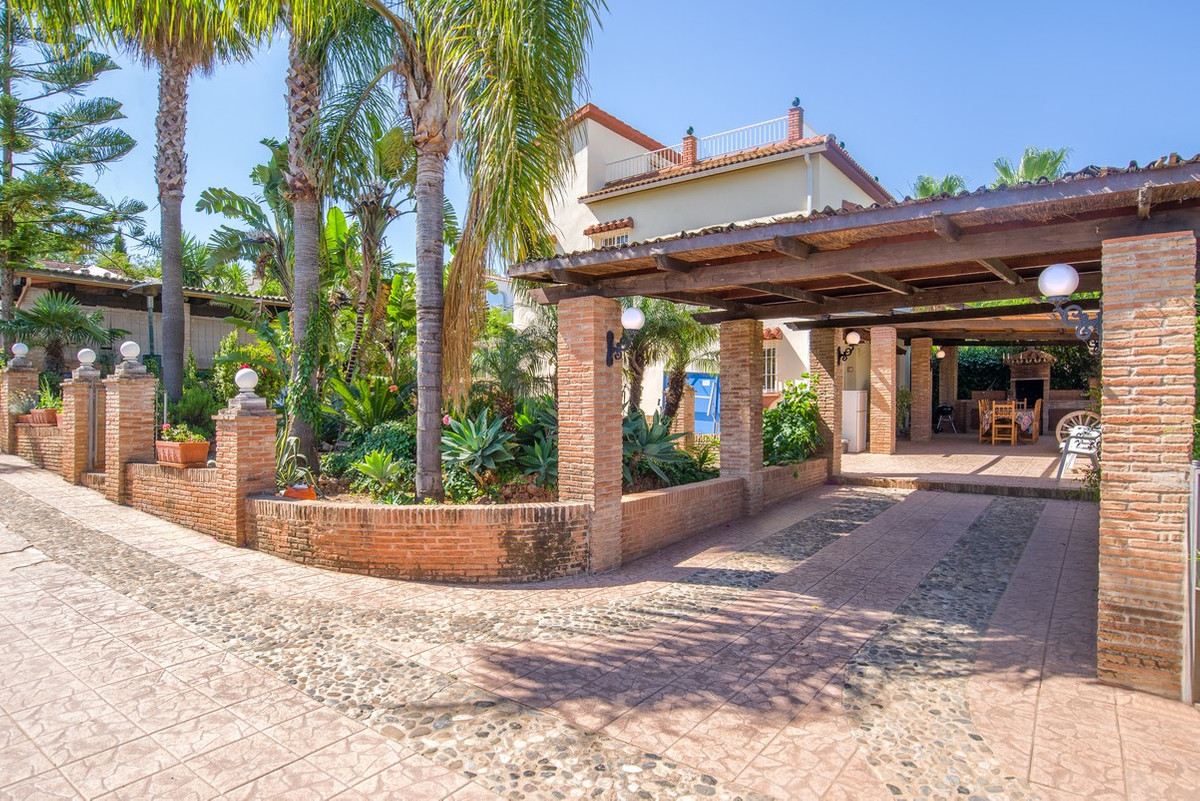 This spacious country villa is located on a 2,000 m2 plot in the countryside - just a 2 minute drive,Spain