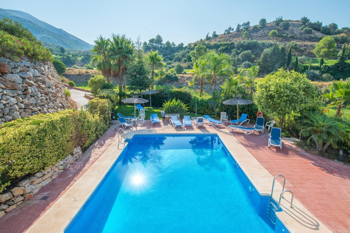 This spacious townhouse is located on the outskirts of Alhaurin el Grande in the Las Brisas complex ,Spain