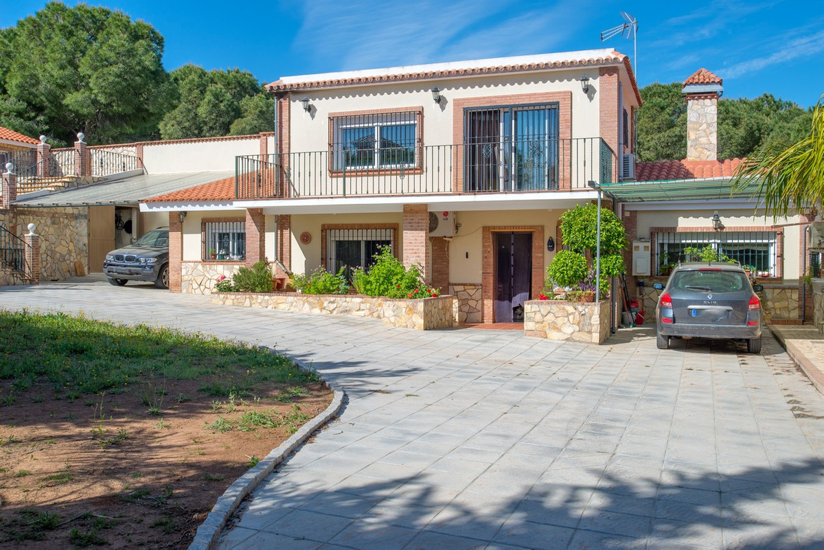 This recently renovated 300 m2 villa with guest house is located in Pinos de Alhaurin, about a 5 min, Spain