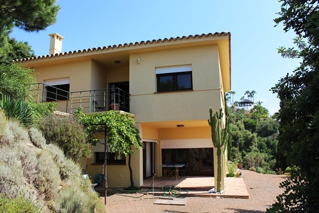 A modern open plan house set on a large rustic land area. It is located very close to the coast, (le,Spain