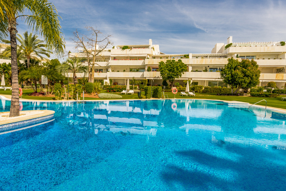 Beautiful modern apartment situated in a luxury development frontline golf to Las Brisas in Nueva An, Spain