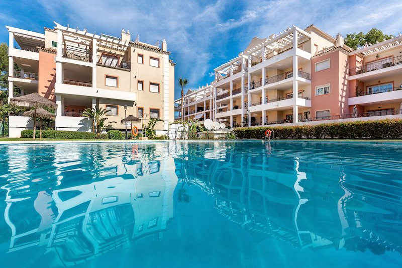 An impeccable two-bedroom, two-bathroom ground-floor apartment in River Gardens in Aloha in Nueva An, Spain