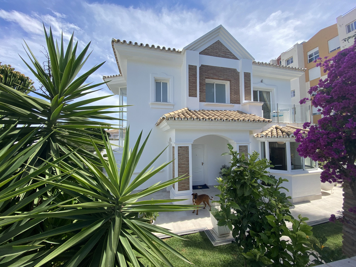 Amazing and very spacious family villa located in an established neighborhood in Monte Biarrtiz. Fro,Spain