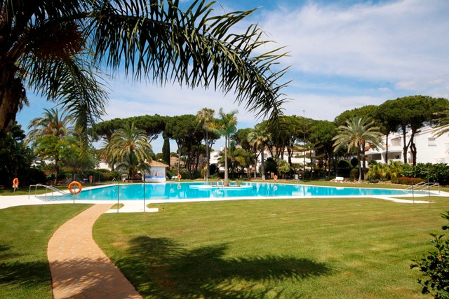 Nice and very good value apartment in this sought after beachside urbanization between the town of S, Spain