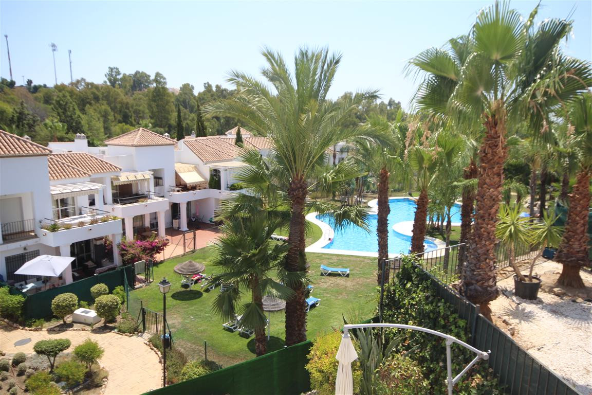 A beautiful, very well-kept, two-bedroom apartment in the heart of Nueva Andalucia, located in the f,Spain