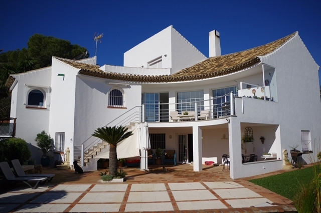 Detached house located in a very quiet urbanization west of Estepona with incredible sea views . The, Spain