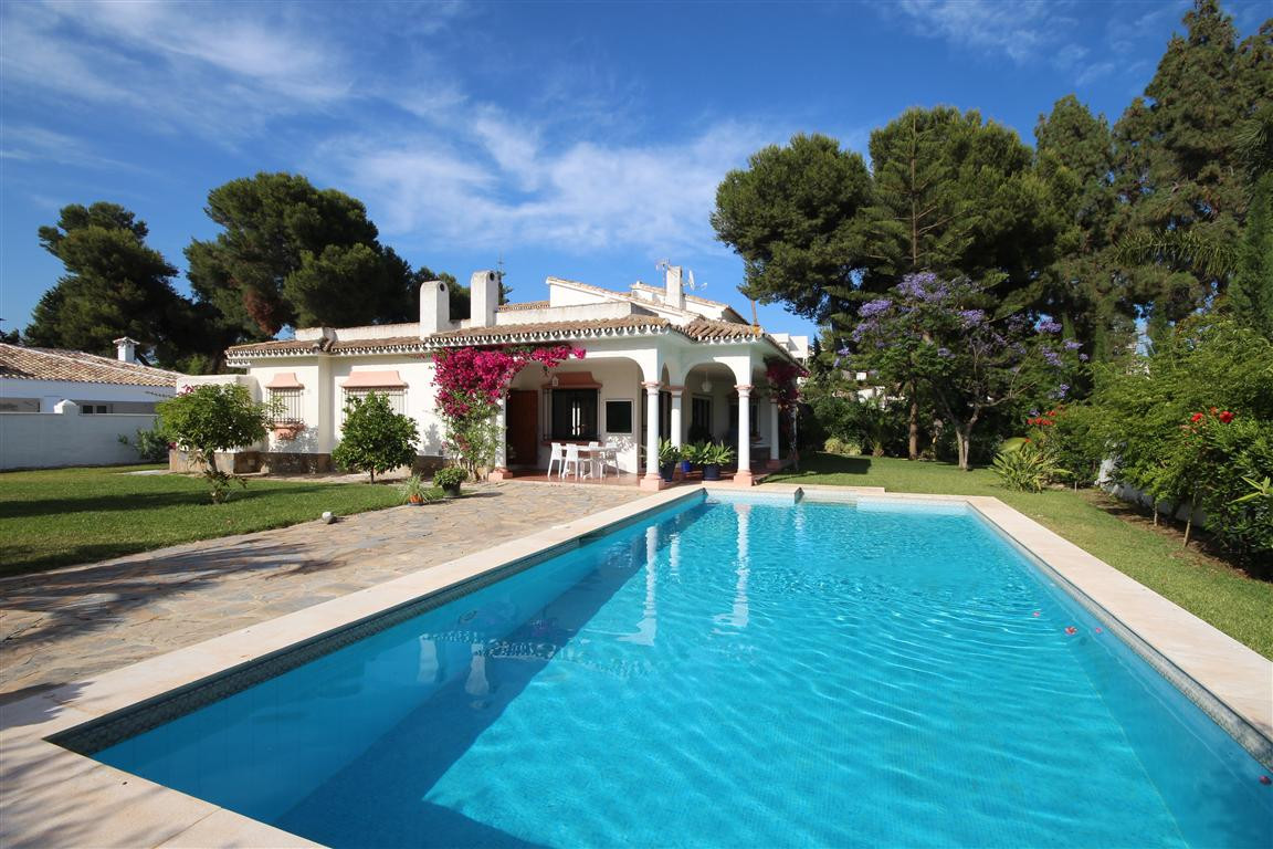 This charming villa with big plot and nice garden size, located near Beach, only 100 m walking , loc, Spain