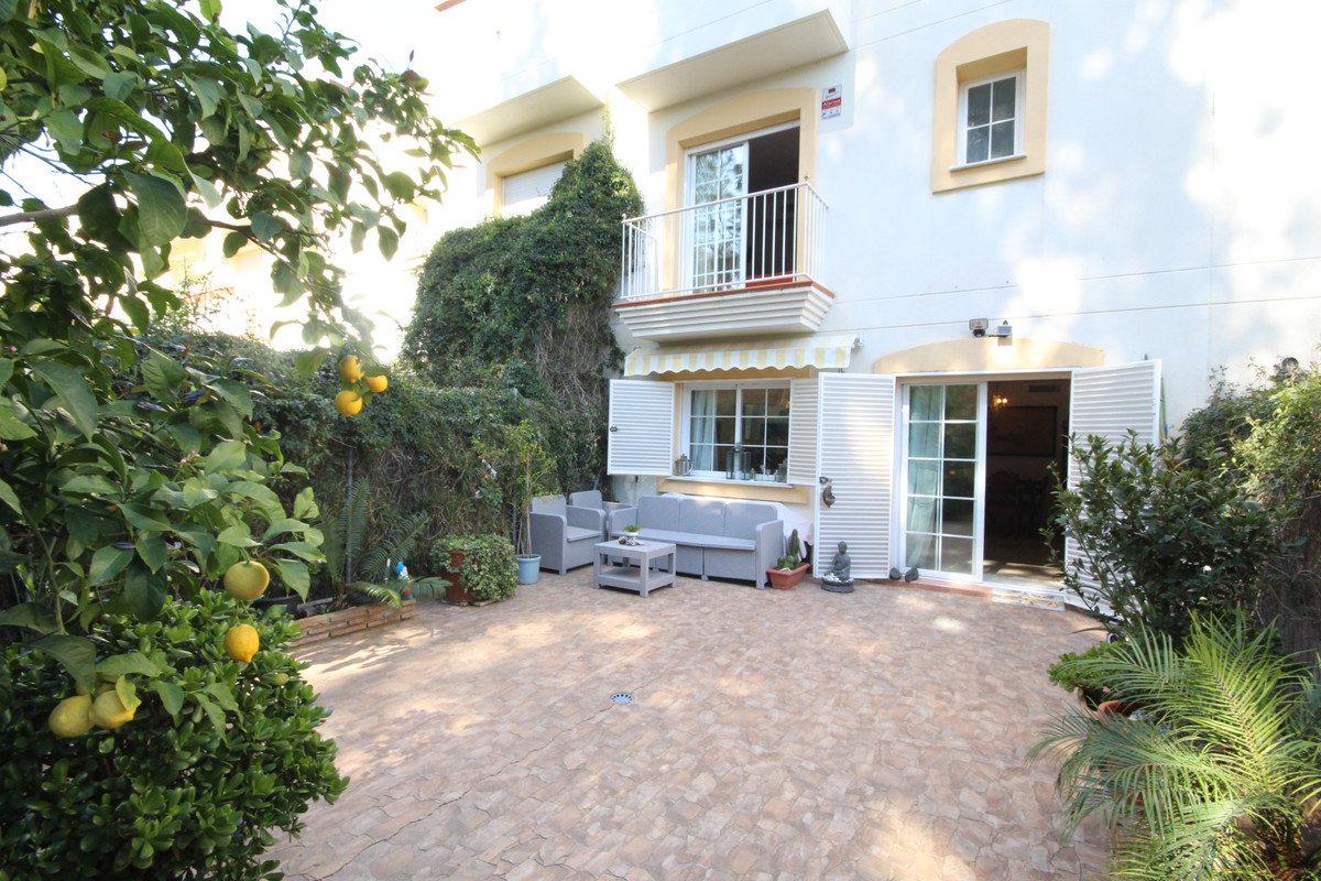 Charming townhouse with 3 bedrooms, with private garden facing to Aloha golf course, located in gate,Spain