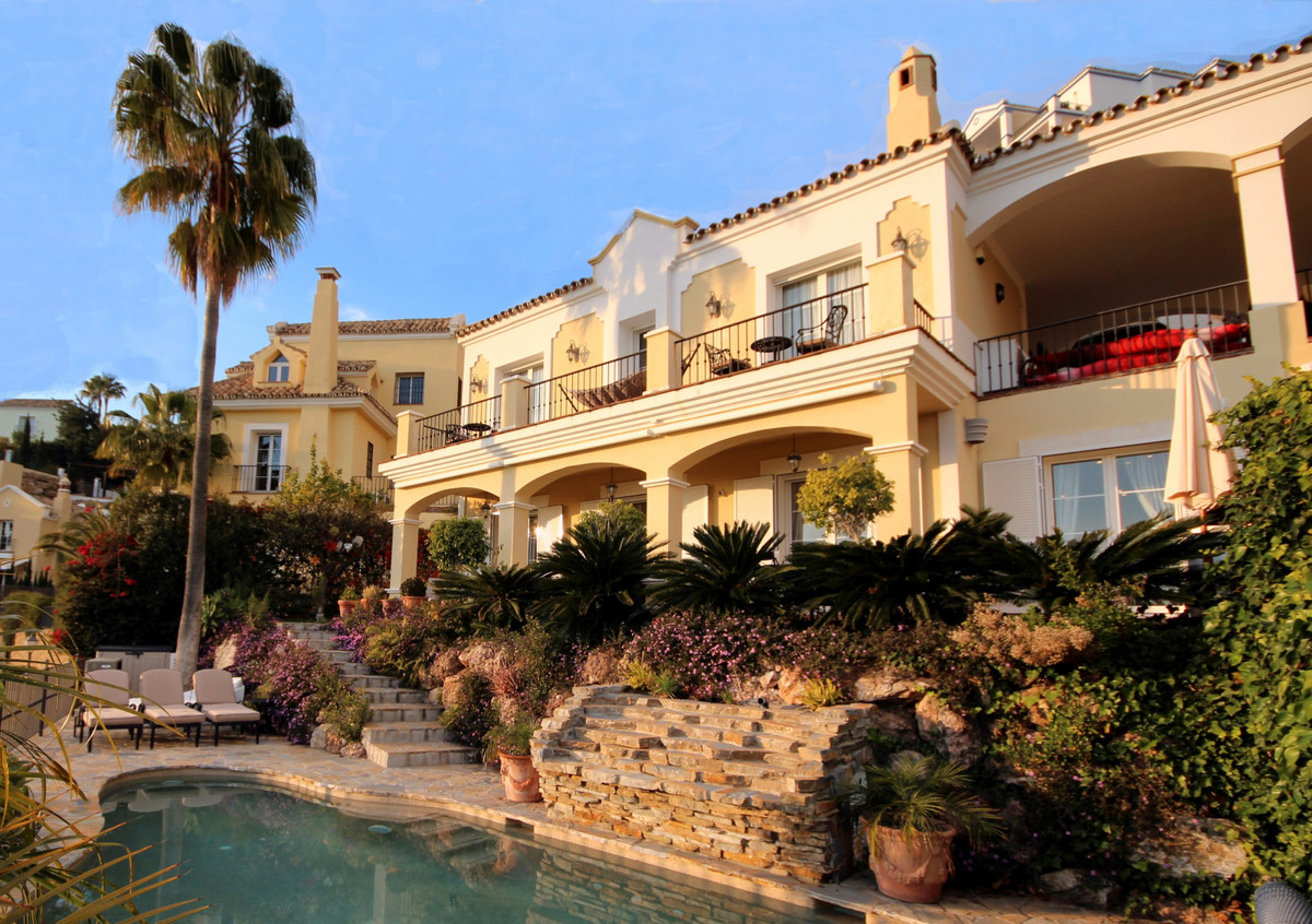 Elegant semi- detached villa in a gated community just above the Golden Mile and less than 10 minute,Spain
