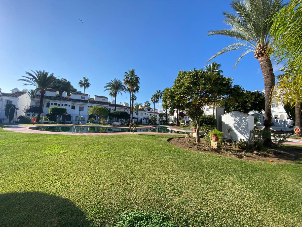 Marbella Banus Adosado en Venta en Atalaya – R2962178