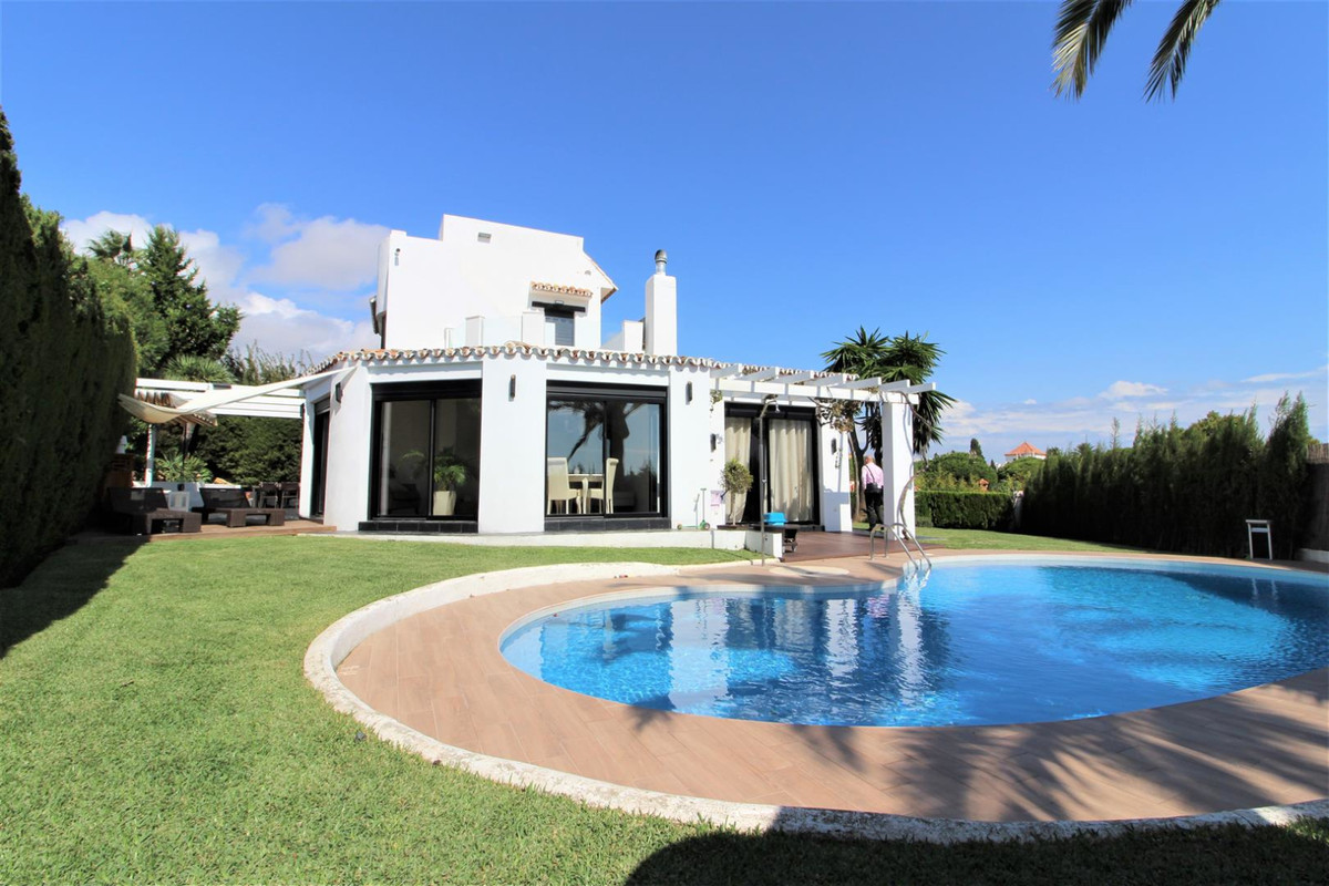 We present this cozy villa in a perfect enclave of Marbella, Calahonda. The house consists of three , Spain