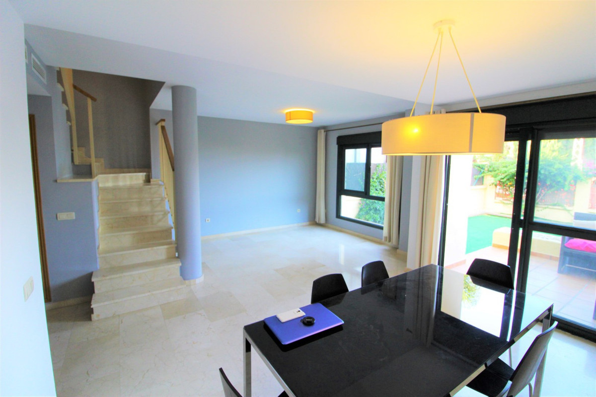 Wonderful townhouse of 130 m2 in a very quiet urbanization and close to all amenities. The house con,Spain