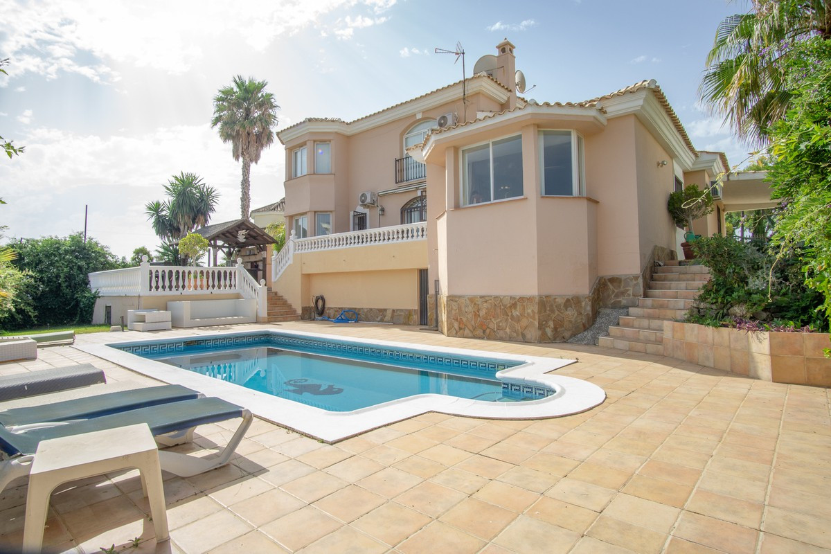 AVAILABLE FROM MAY THE 14 2019  Beautiful two-storey villa is located in the first line of Miraflore,Spain