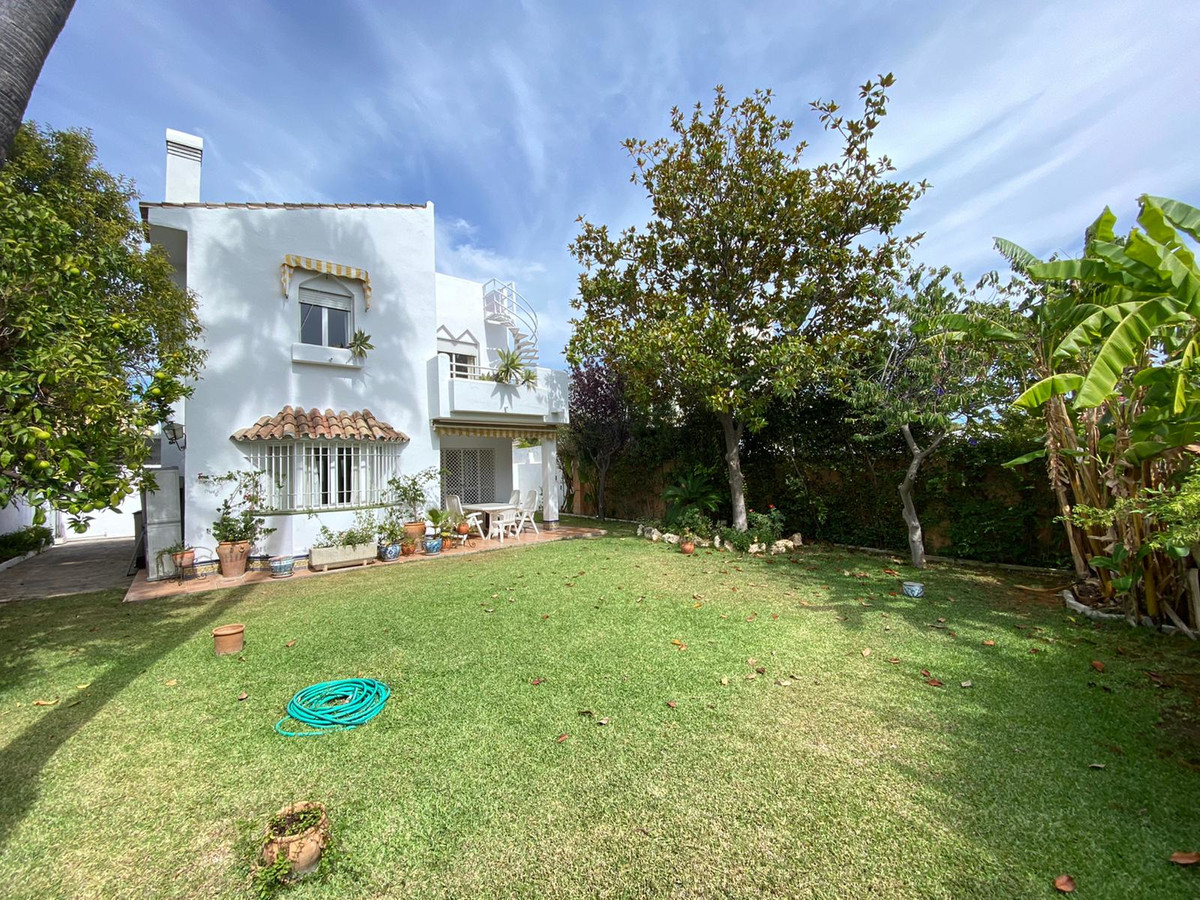 Beautiful detached villa in one of the best areas of the New Golden Mile. Close to all services is t,Spain