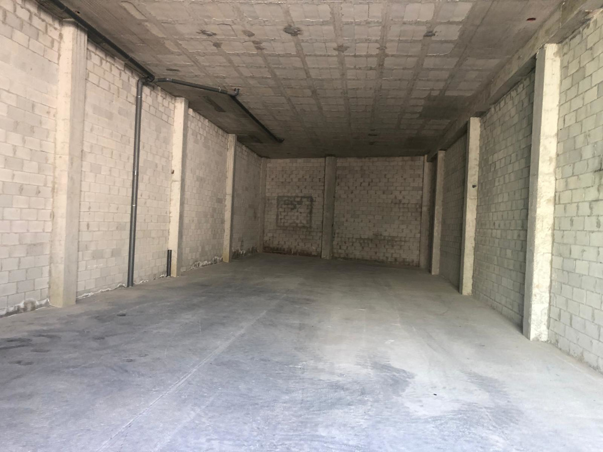 THE PROPERTY  We offer this large warehouse of 260 M2, for those wholesalers who want to deposit the, Spain
