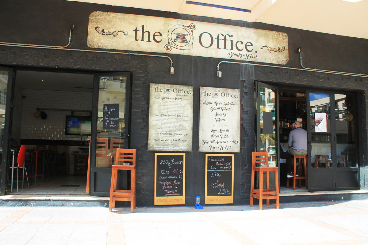 Wonderful opportunity to own your own business Bar transfer near the promenade of Fuengirola. Locate,Spain