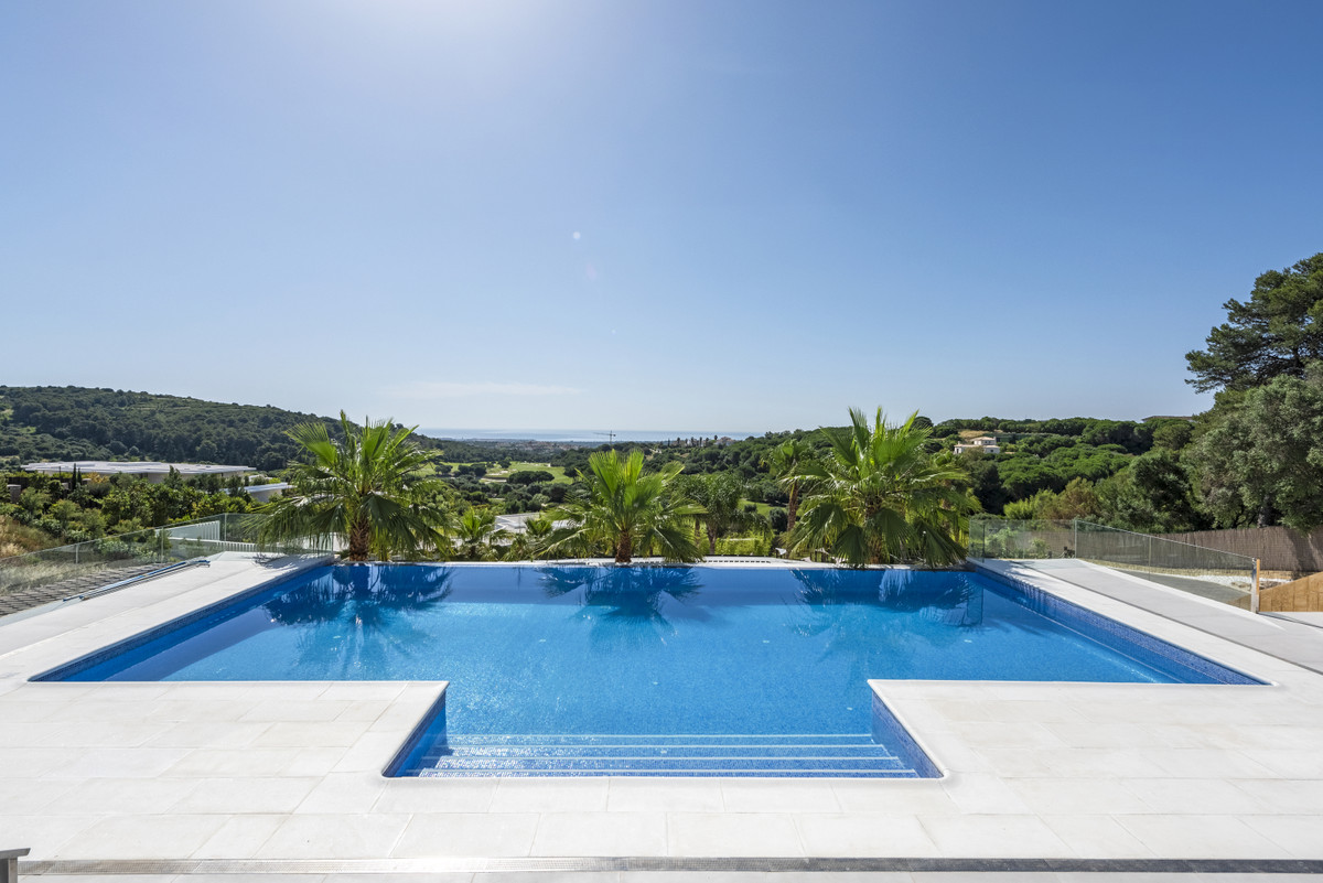 Substantial villa of over 1000m2 built on a large plot of 3550 m2 located adjacent to El Mirador in ,Spain