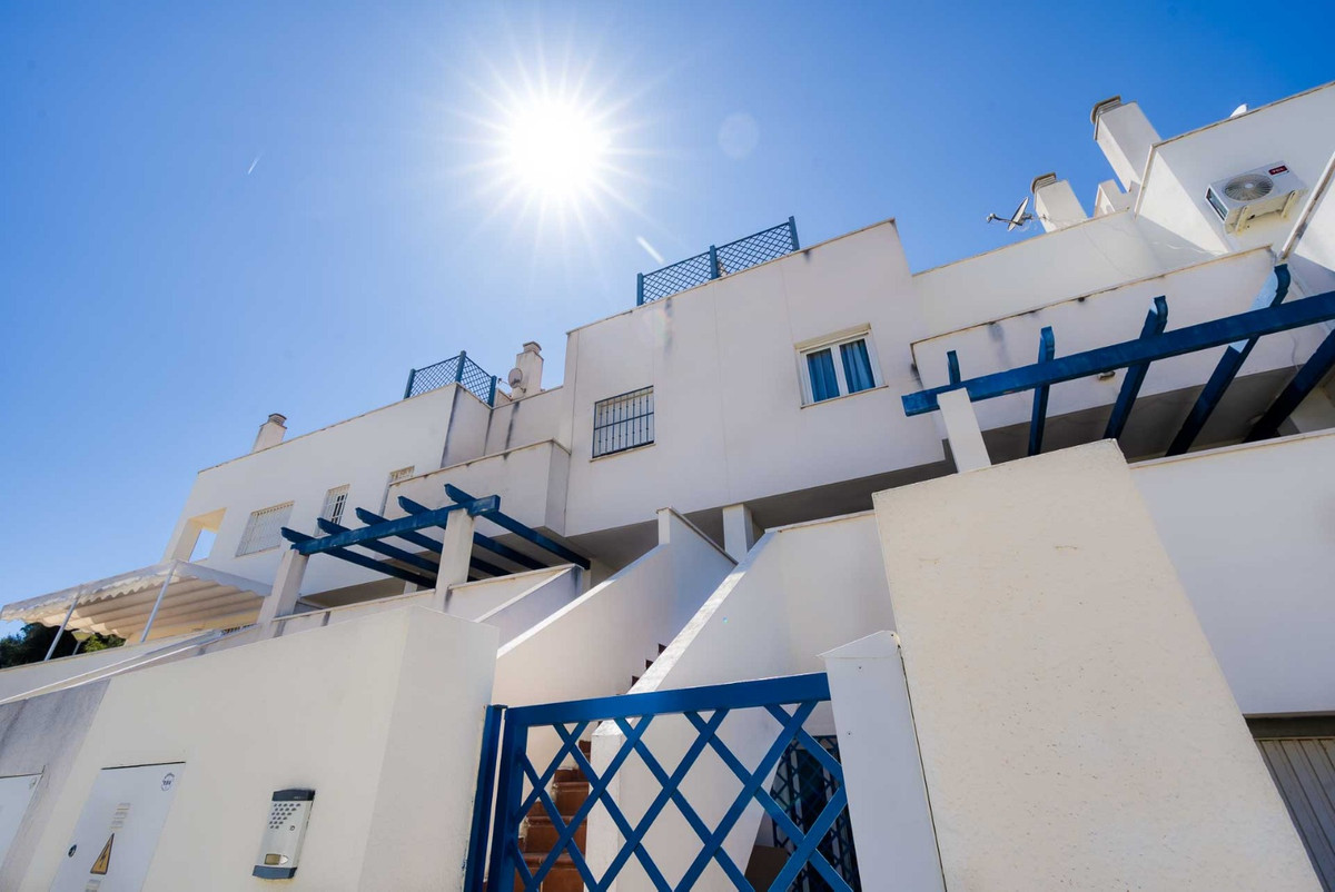 For sale a townhouse with 4 bedrooms and 3 bathrooms. Very quiet area, near the Palacio de Congresos, Spain