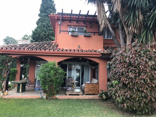 Nice 5-bedroom family villa in Las brisas with walking distance to everything!! Located in the prest, Spain