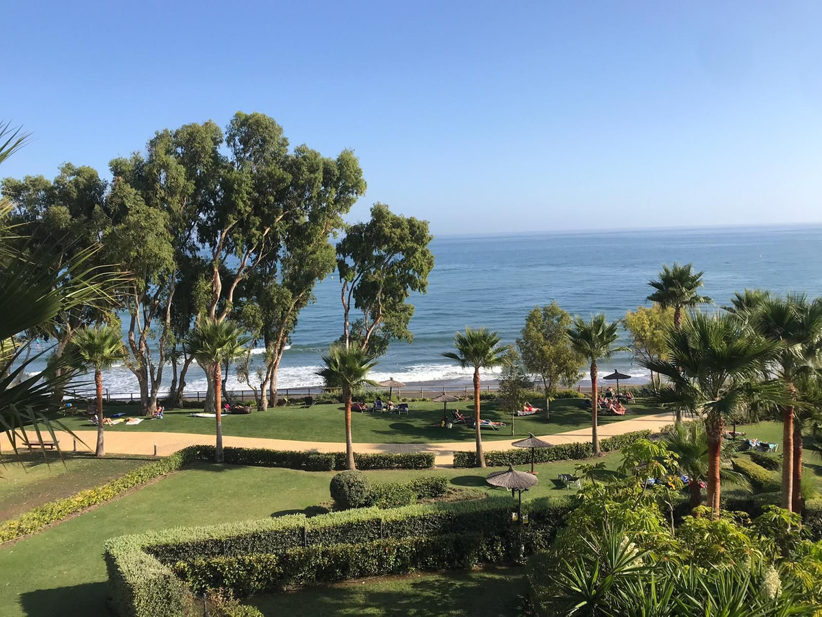 Middle Floor Apartment for sale in Estepona R3483952