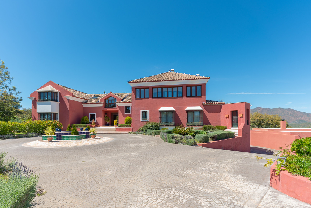 Beautiful, luxurious villa in La Mairena and only a 15 minute drive from all amenities in Elviria. L,Spain