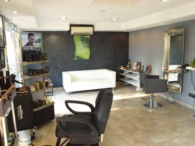 Business premises completely equipped and up and running as a hairdresser/beauty salon. 2 bathrooms,,Spain
