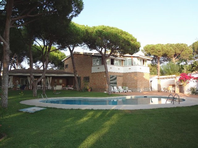 This property is composed of two villas, the main house, 4 bedrooms, with 434 m2., built area, 4 bed,Spain