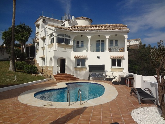 Andalucian rustic style villa. Distribution three levels, renovated kitchen and bathrooms. Views to ,Spain
