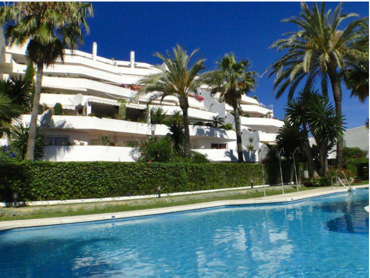 Located in Nueva Andalucia two bedroom apartment close to supermarket, bus stops and amenities. Grou,Spain