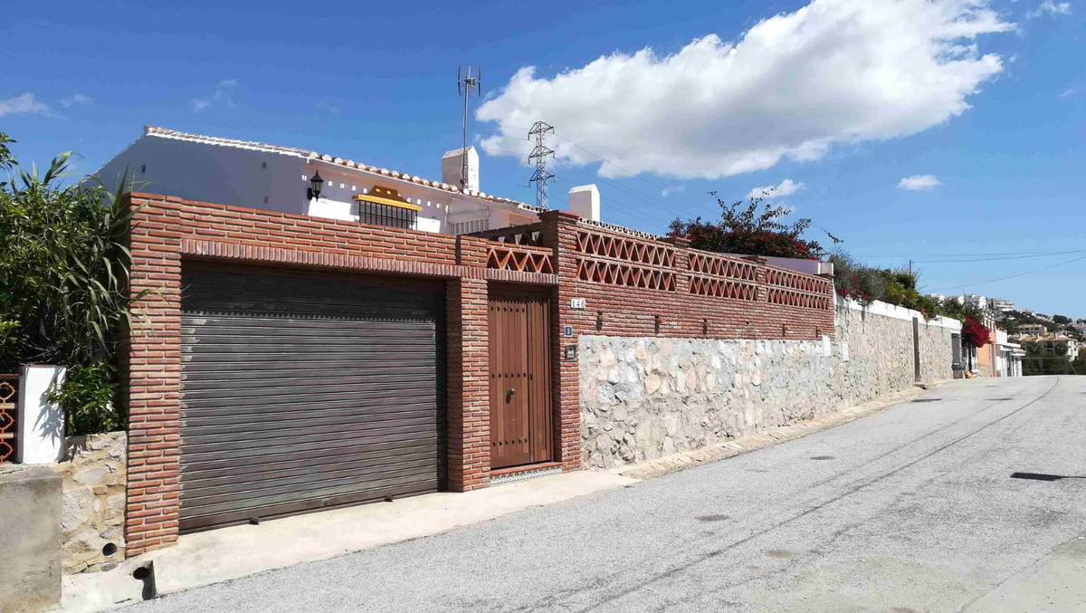 Lovely villa with private garden in a peaceful area, walking distance to the beach and all the shops, Spain