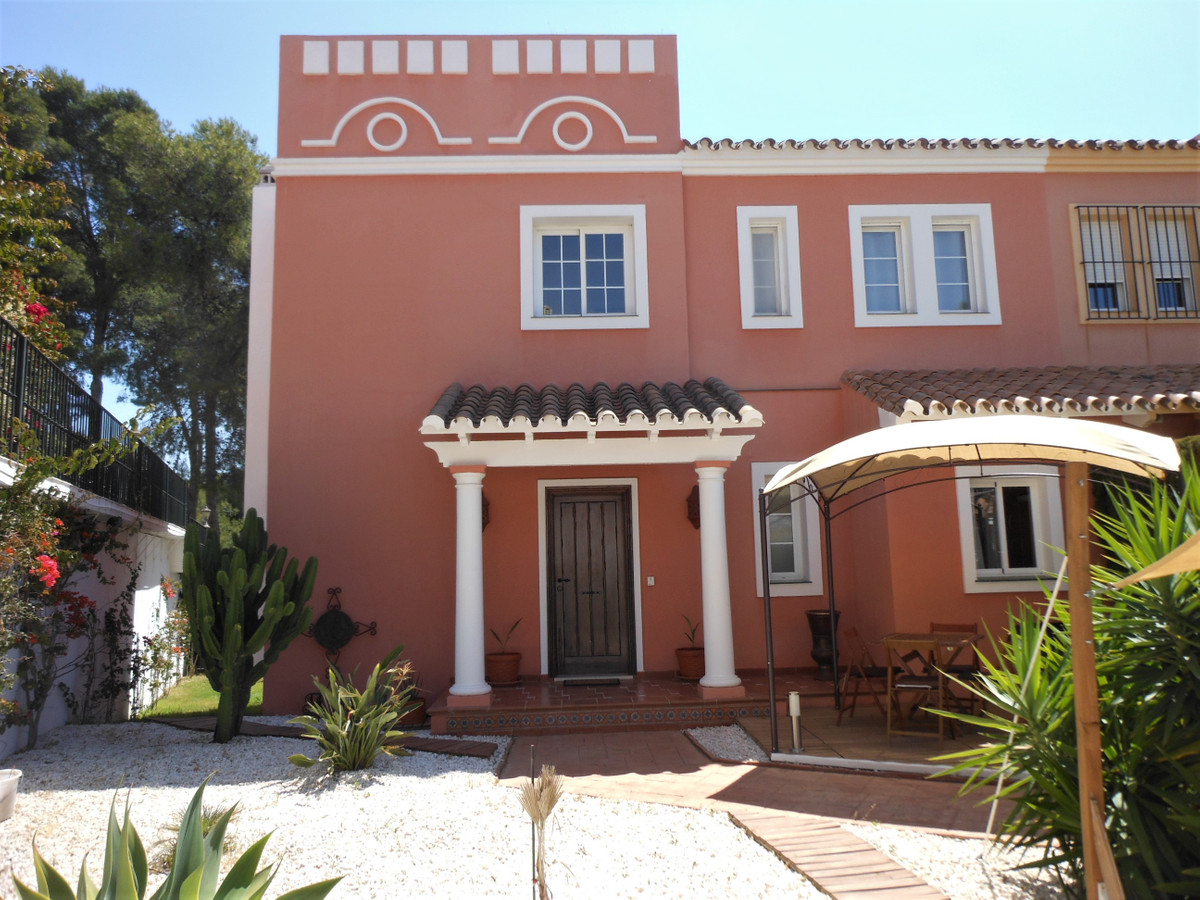 Eagle de Guadalmina, Beautiful semi-detached house, in impeccable condition and located in Guadalmin,Spain