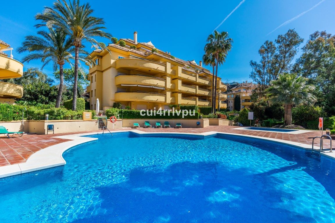 BEAUTIFUL FRONT LINE GOLF APARTMENT IN RIO REAL MARBELLA.  A lovely, well positioned apartment in a Spain
