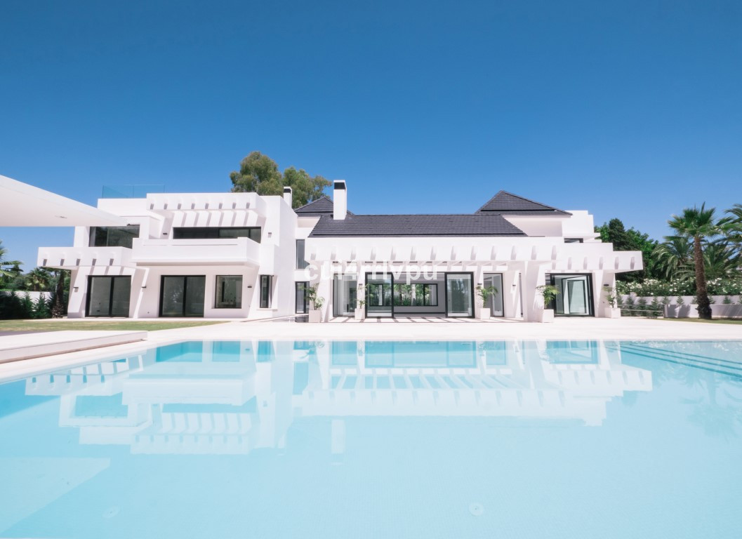Luxurious villa built to the highest of standards and located frontline in the prestigious Guadalmin,Spain