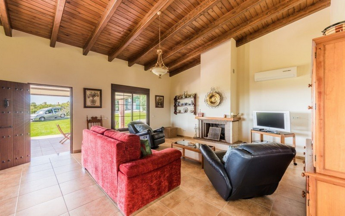 R3302554 | Detached Villa in Estepona – € 1,075,000 – 3 beds, 2 baths