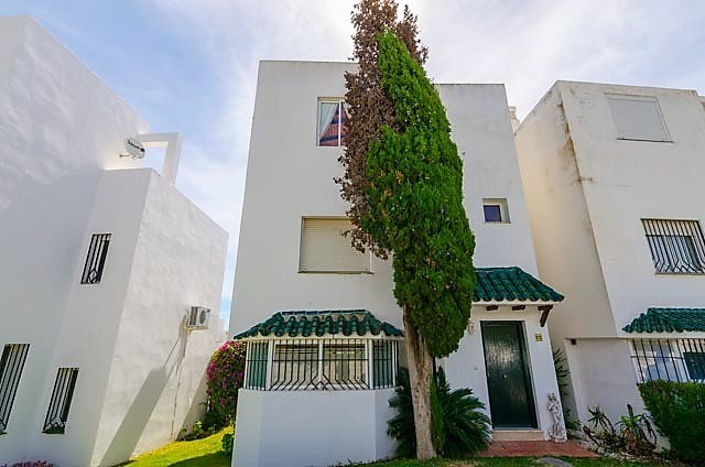 Sea, golf and mountain view. You have that at this beautiful townhouse with 3 floors. Located in a q,Spain