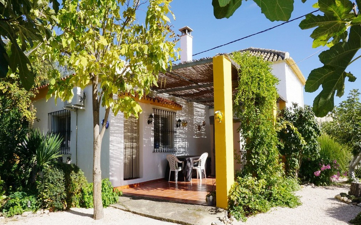 Cozy and spacious detached house with 3 bedrooms, 2 bathrooms and a lovingly maintained large garden, Spain