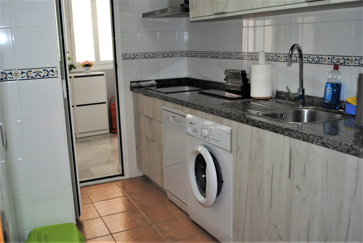 R3706205   Middle Floor Apartment in Estepona – € 137,000 – 2 beds, 1 baths