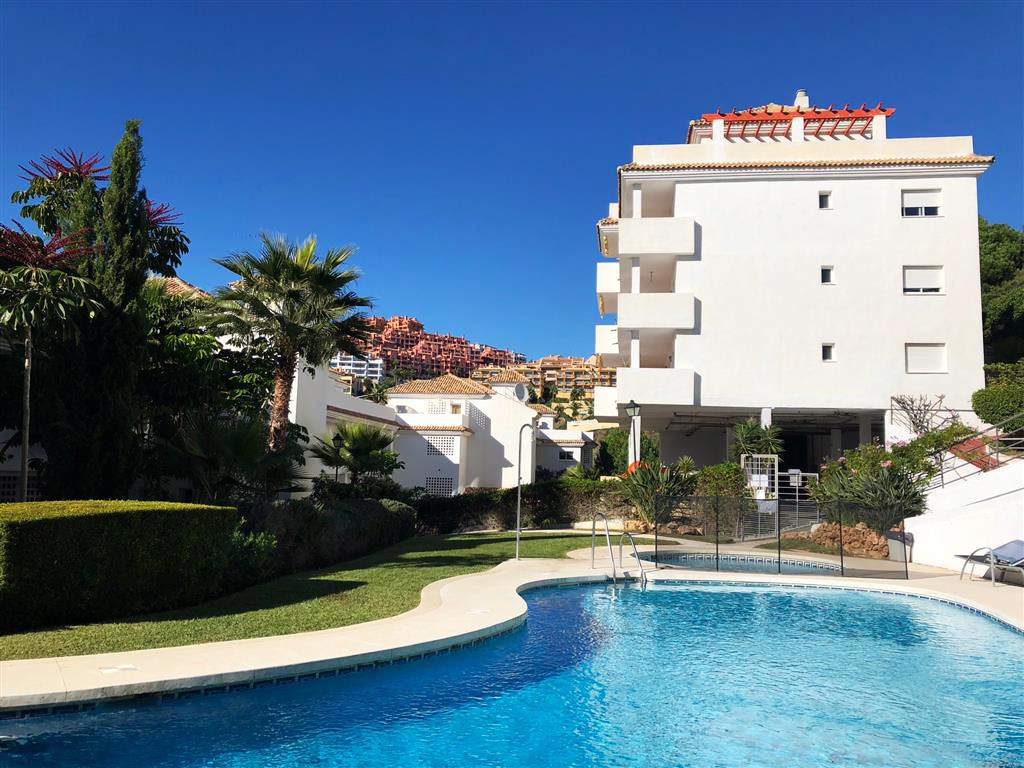 This is a nicely presented elevated ground floor 2 bedroom 2 bathroom  apartment located on the high,Spain