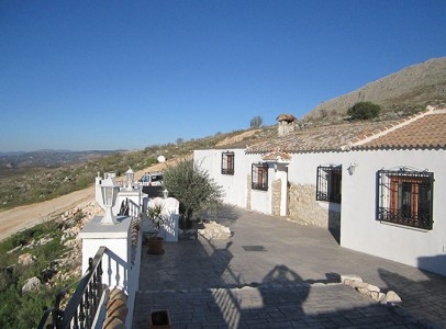This detached Finca is in the Village of Venta del Rayo with two bars, restaurants, a school, local , Spain
